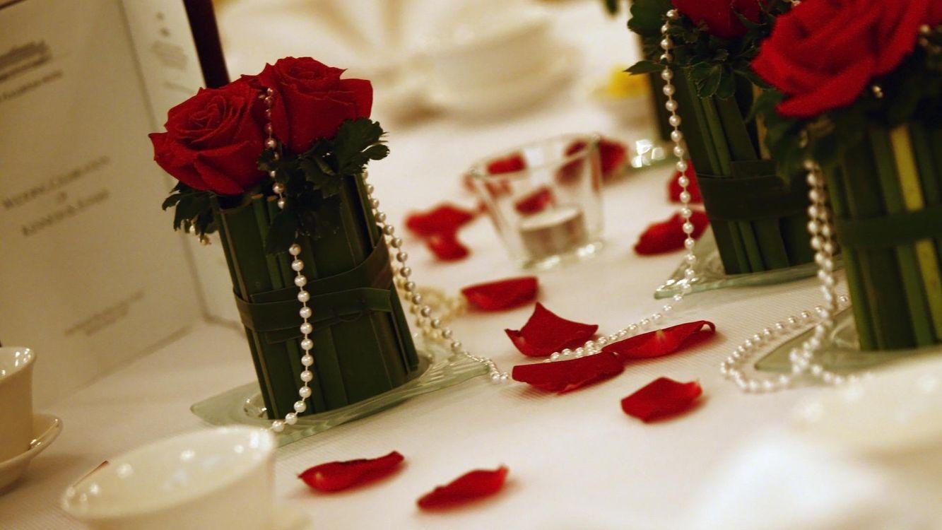 Картинка декор, украшения, бусы, розы, жемчуг на рабочий стол. Скачать фото обои праздники