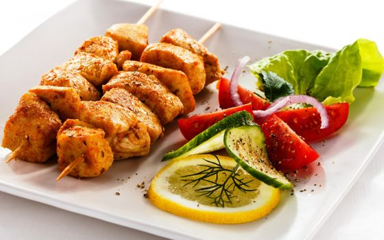 Photo free chicken kebab, vegetables, onions