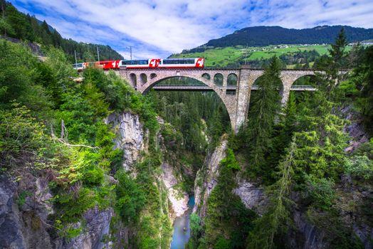 Заставки Поезд на мосту, вид с Солис-Бридж, Граубюнден
