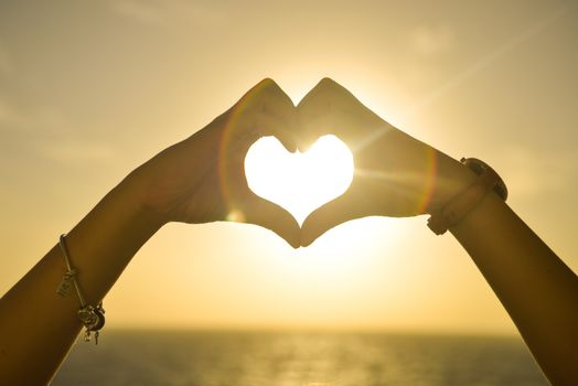 Фото бесплатно сердце, солнечный свет, руки