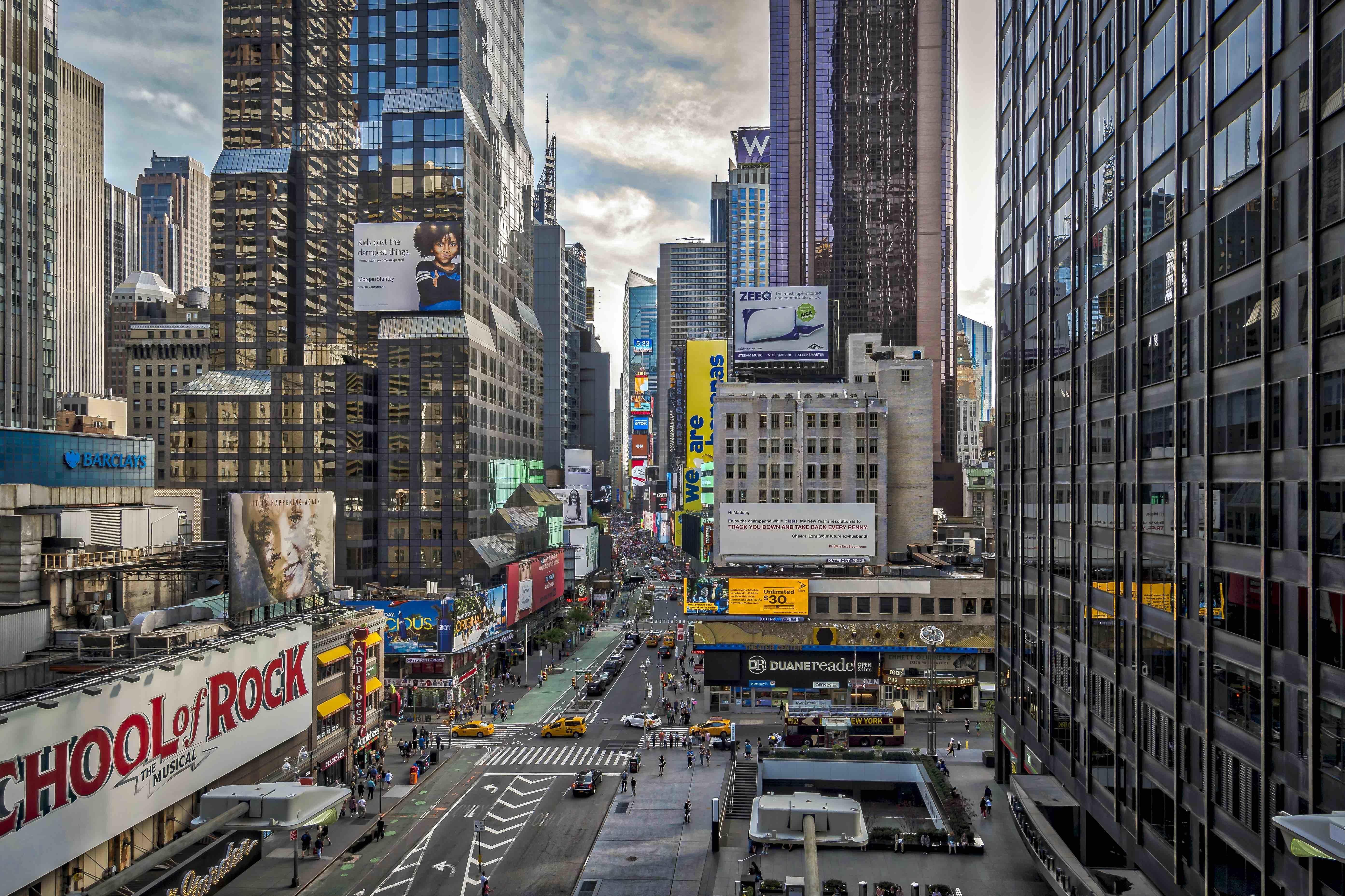 Таймс-Сквер в Нью-Йорке находится на пересечении Бродвея и Седьмой авеню