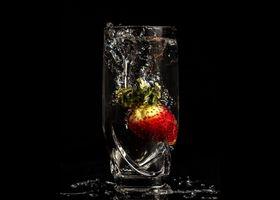 Фото бесплатно чёрный фон, клубника, ягода