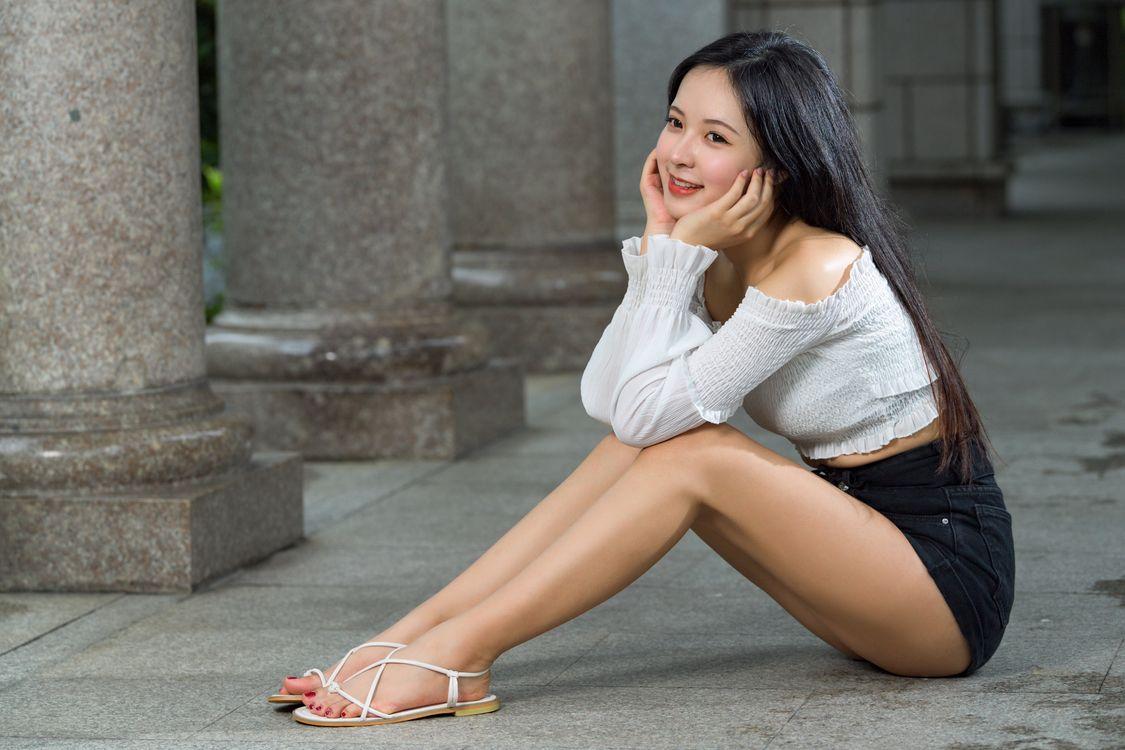 Фото блузка брюнетка ноги - бесплатные картинки на Fonwall