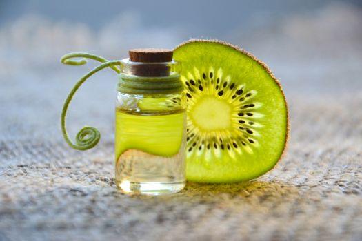 Бесплатные фото косметическое масло,киви,эфирное масло,спа,здоровье,зеленый,стеклянная бутылка,лечение,массаж,альтернативный,натуральный продукт,косметология