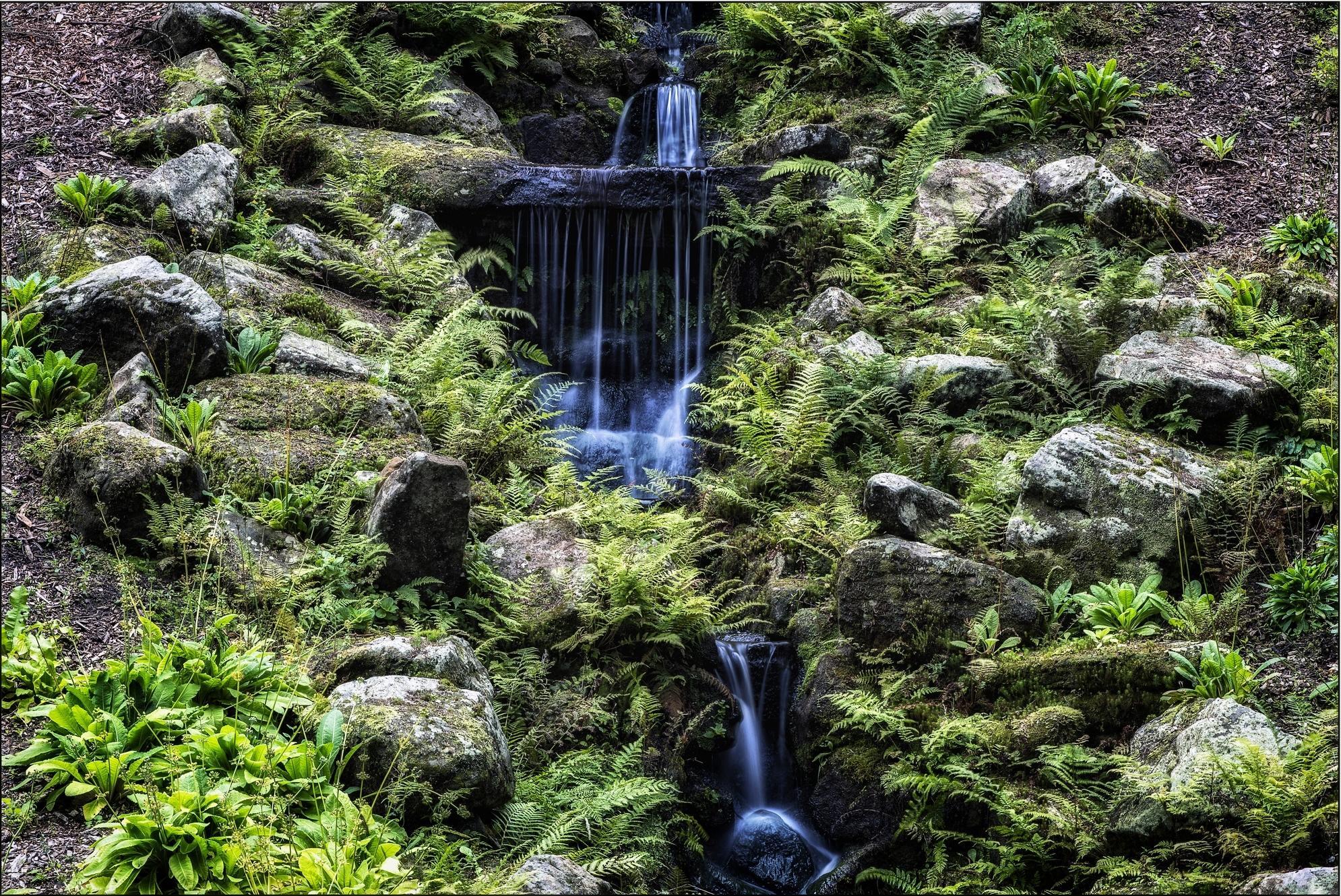 Обои холм, гора, камни, водопад