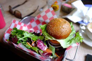 Фото бесплатно гамбургер, салат, фаст-фуд