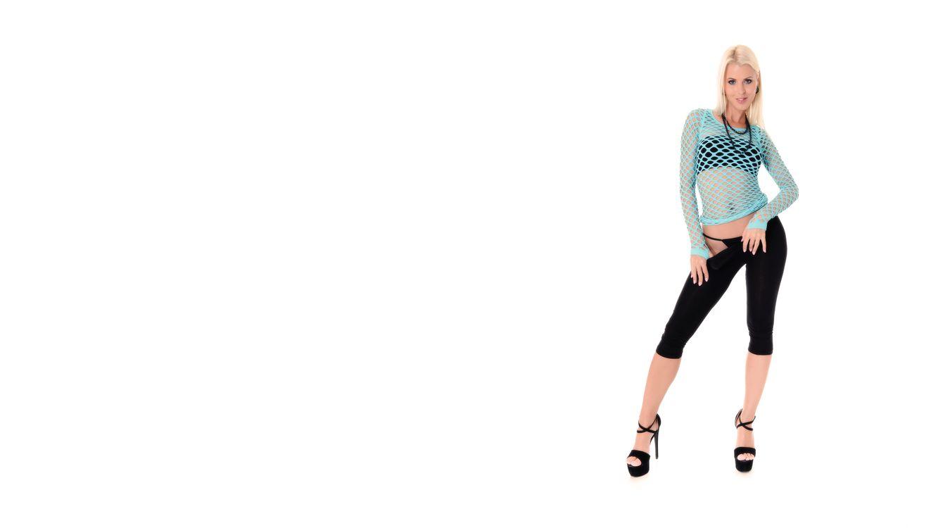 Фото бесплатно lynna nilsson, трусики, черные брюки, бюстгальтер, ажурный, блондинка, panties, black pants, bra, fishnet, blonde, девушки - скачать на рабочий стол
