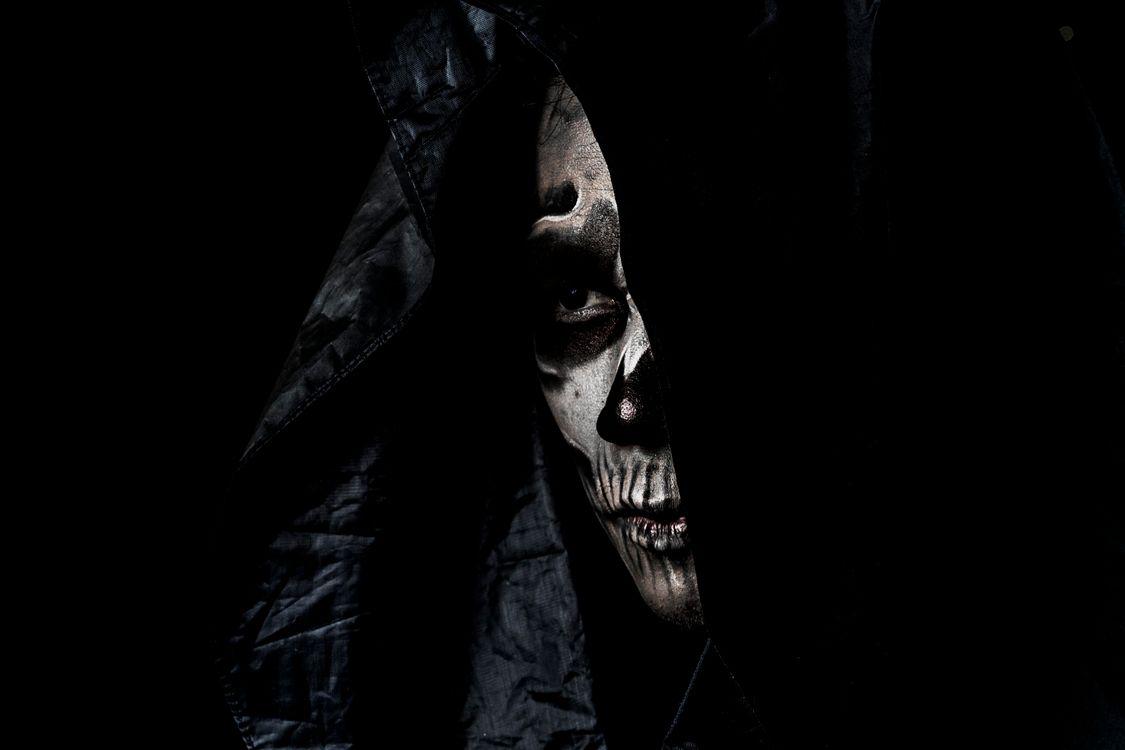 Фото бесплатно ужастик, лицо, портрет, череп, чёрный фон, монстр, взгляд, фантазия, страшный, ужасный, ужас, кошмар, фантастика