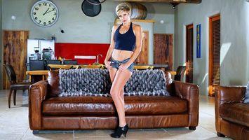 Бесплатные фото makenna blue,джинсовые шорты,короткие волосы,диван,шорты,длинные ноги,jeans shorts