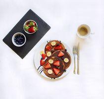 Бесплатные фото завтрак,оладьи,ягоды,кофе,черника,банан