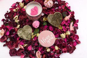 Фото бесплатно свеча, лепестки роз, любовь