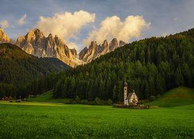 Обои Южный Тироль, Италия, поля, горы, часовня, лес, деревья, пейзаж