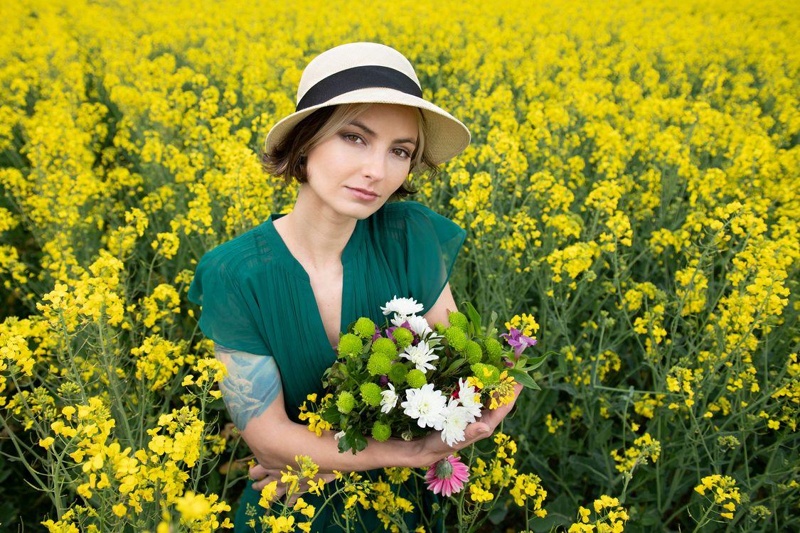 Фото женщина природа букеты - бесплатные картинки на Fonwall