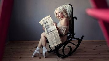 Фото бесплатно газеты, носки, блондинка