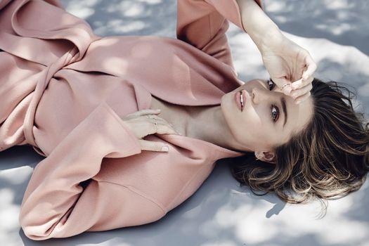 Фото бесплатно Miranda Kerr, пальто, лежа