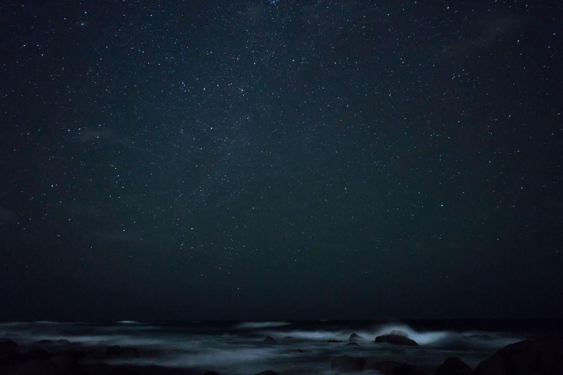 Океан и звездное небо · бесплатное фото