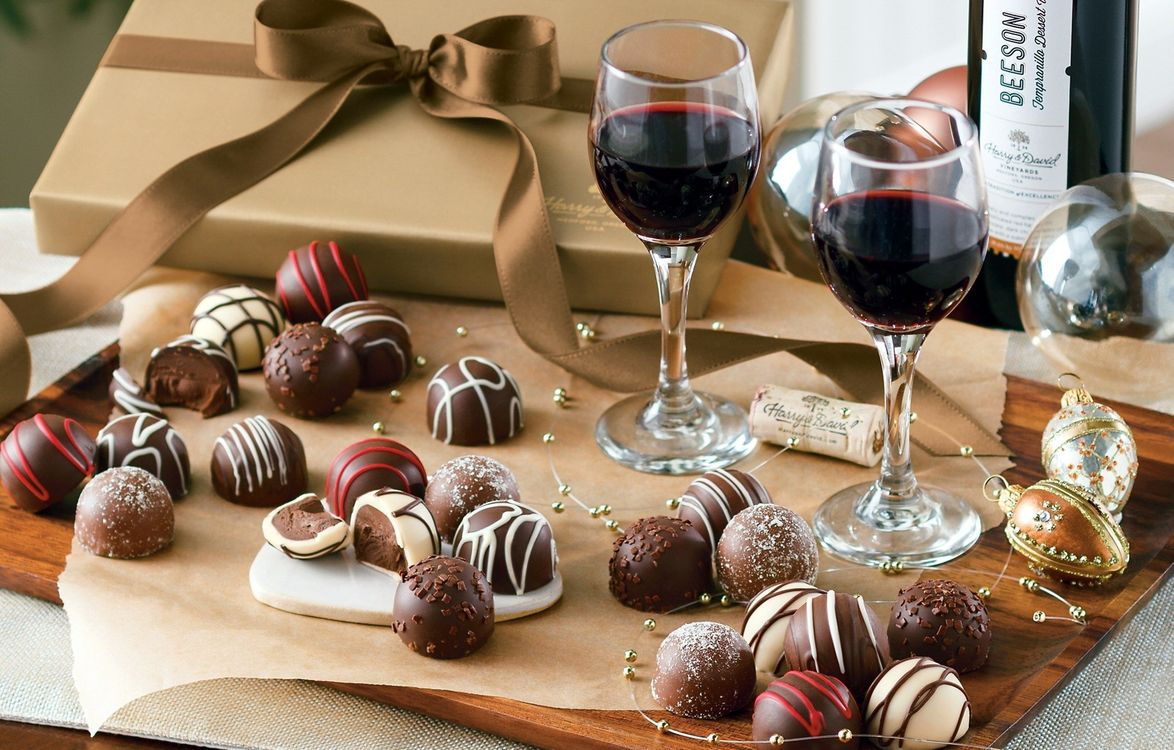 Обои коробка, лента, вино, бокалы, шоколад, конфеты, декор картинки на телефон