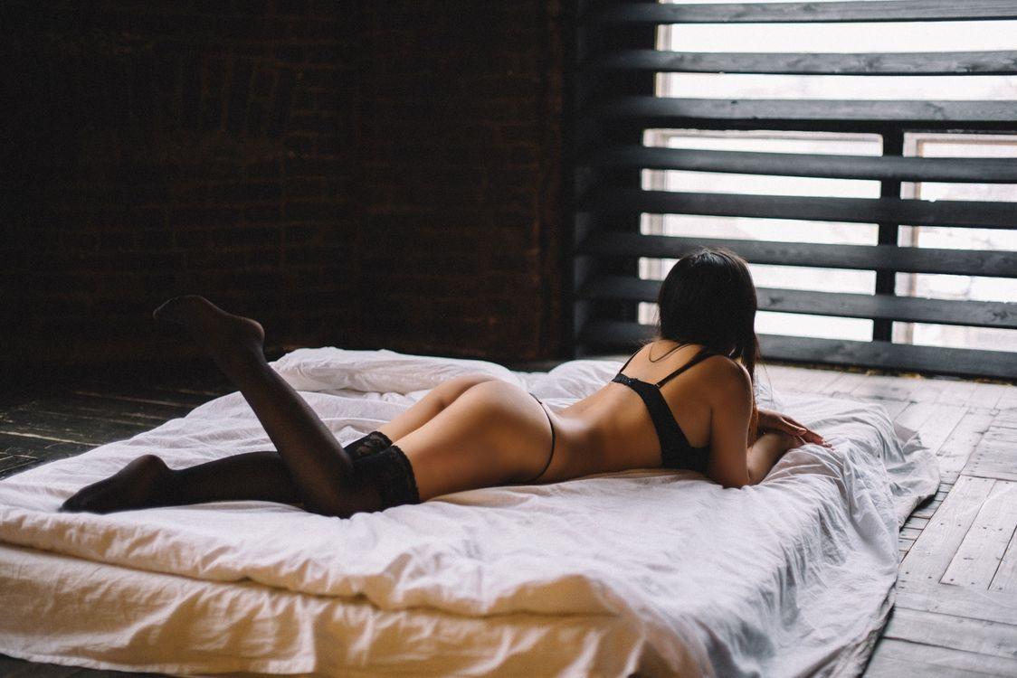 Фото человеческие позиции женщина лежащий впереди - бесплатные картинки на Fonwall