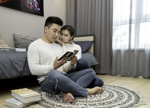 Фото бесплатно пара, чтение, комната