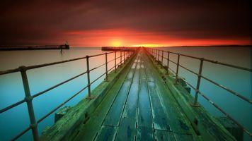 Деревянный пирс и закат солнца