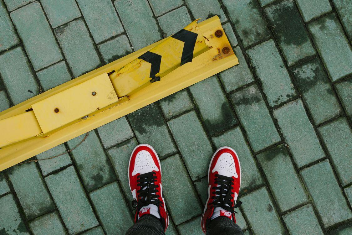 Кросовки и брусчатка · бесплатное фото