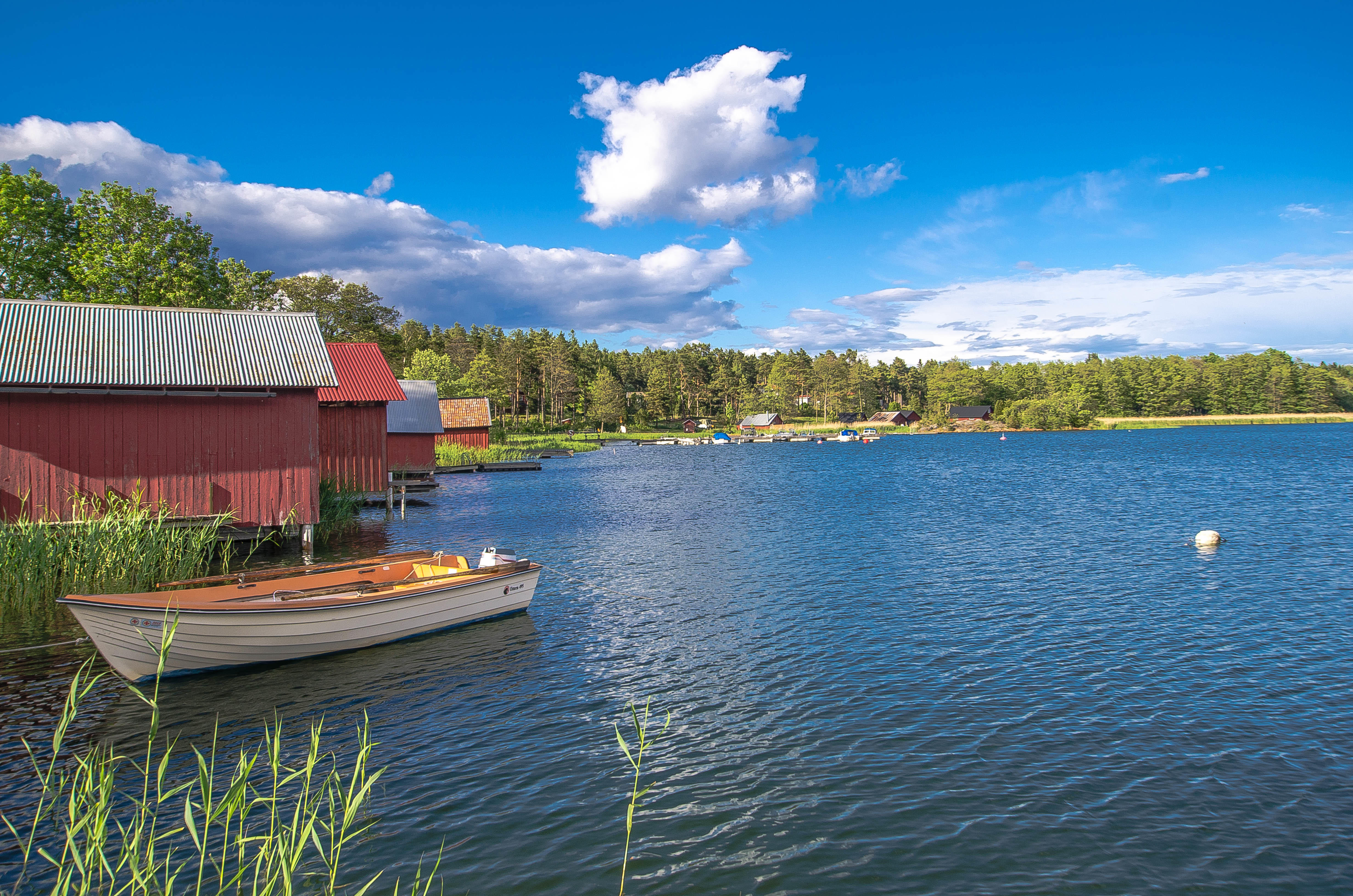 Обои озеро, домики, лодка, Швеция