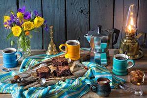 Бесплатные фото стол,чашки,торт,лампа,цветы,натюрморт