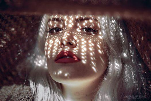 Бесплатные фото женщины,mercedes castillo s nchez,блондинка,карие глаза,красная помада,открытый рот,взгляд на зрителя,носовое кольцо,платиновая блондинка