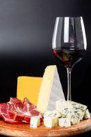 Photo free cheese, wine, cutting board