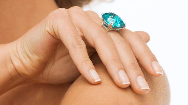 Фото бесплатно рука, камень, голубой, кольцо, украшение, топаз