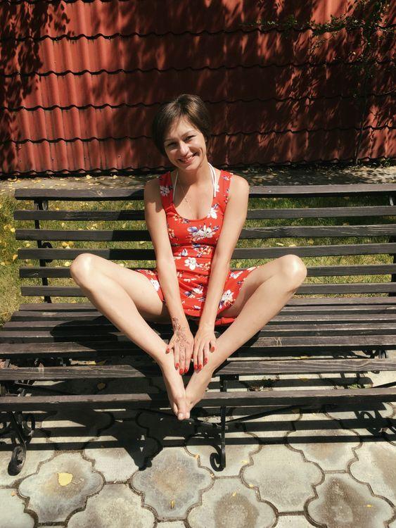 Фото бесплатно девушка, платье, соблазнение, скамейка, красное платье, откровение, ноги, улыбка, девушки