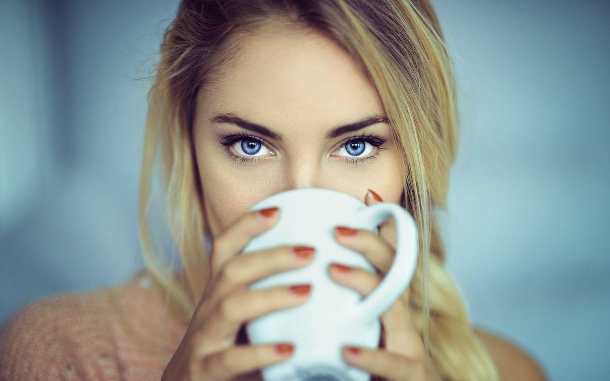 Блондинка с крушкой • бесплатное фото