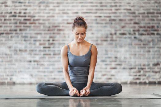 Фото бесплатно молодая женщина, йога, позирует