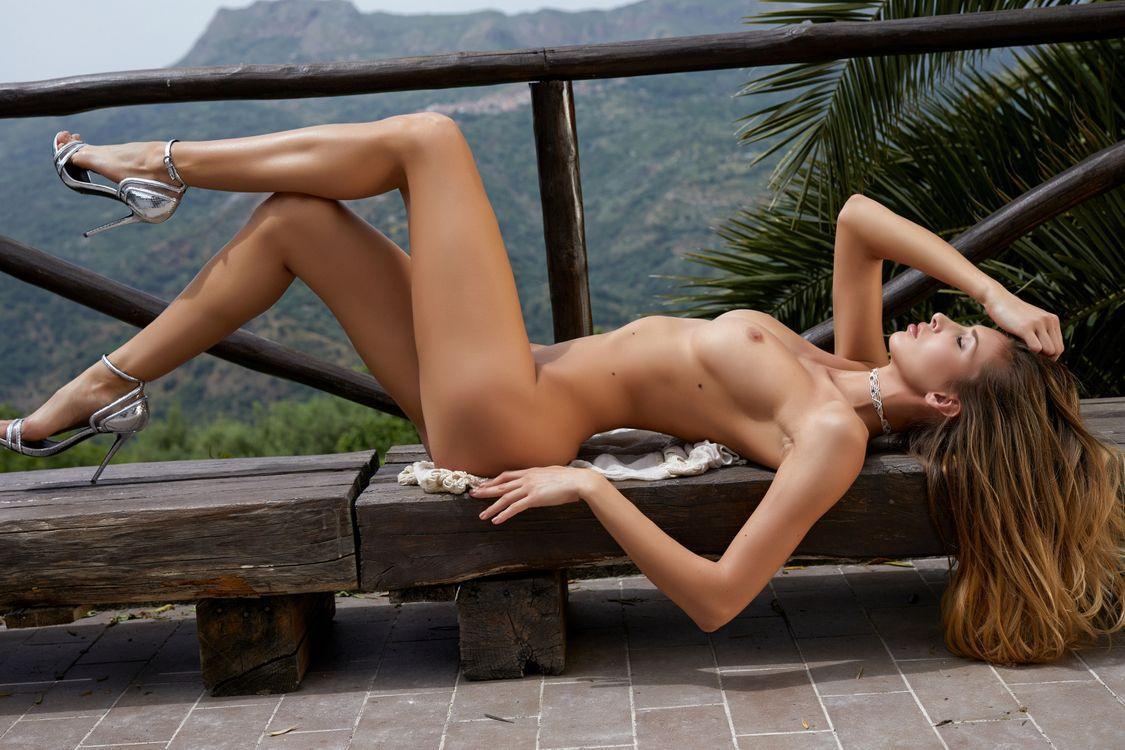 Фото бесплатно claudia, красота, модель, голая, загорелая, сексуальное тело, ноги, сиськи, большие сиськи, обнаженная, эротика
