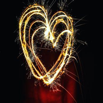 Сердечко из бенгальских свечей · бесплатное фото