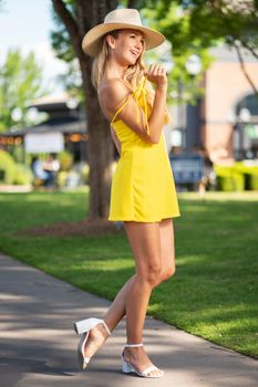 Photo free young woman, blonde, posing