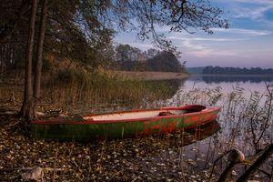 Бесплатные фото закат,озеро,лодка,деревья,пейзаж