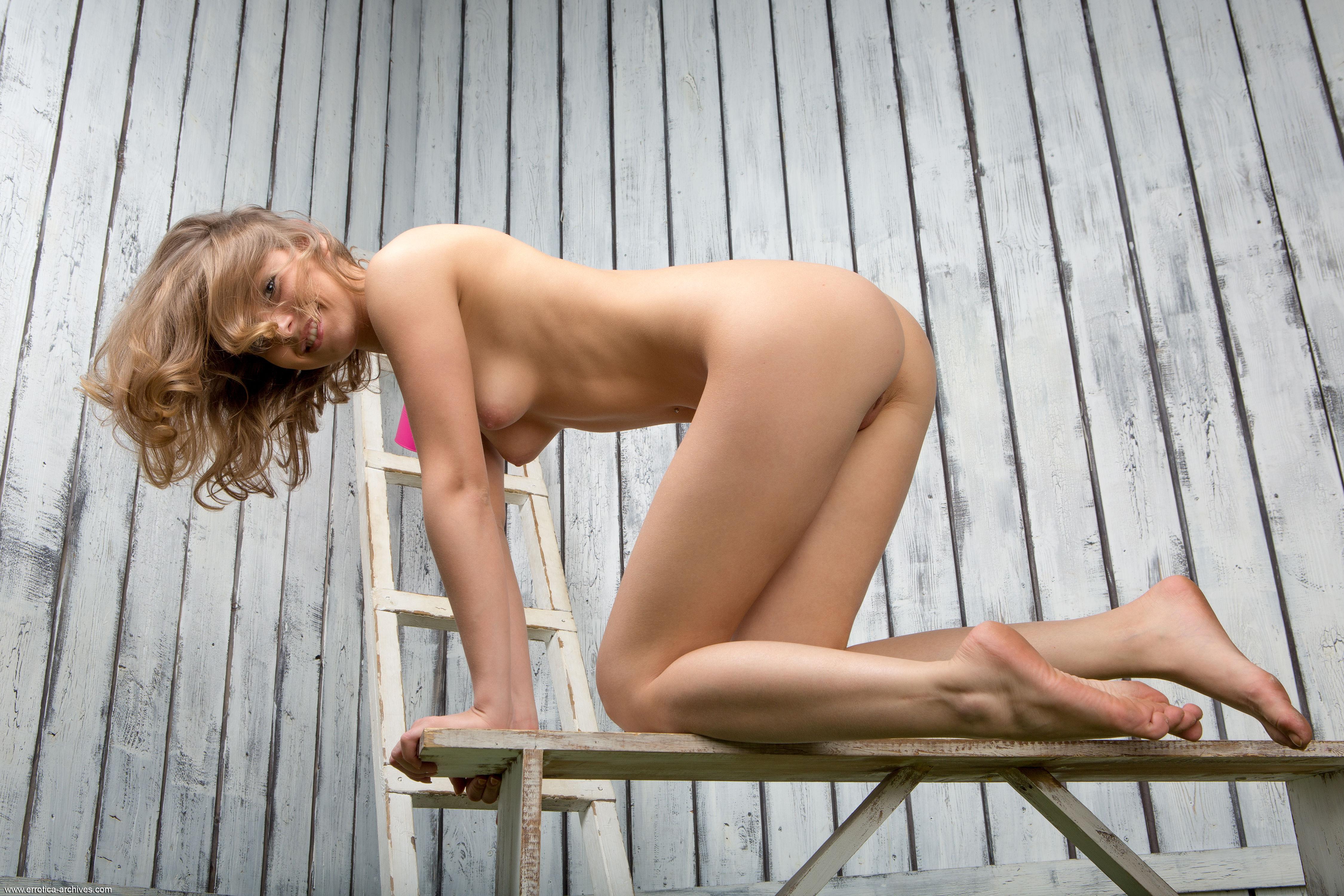 В сексуальной брюнетки все натуральное