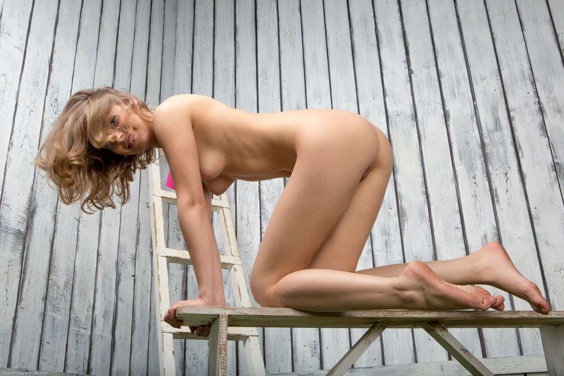 Фото бесплатно nikia a, голая, сексуальная, модель, hi-q, киска, сиськи, грудь, брюнетка, улыбка, ноги, собачка, все натуральные, скамейка, naked, эротика