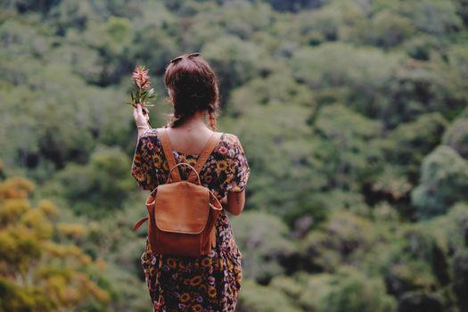 Фото бесплатно девушка, рюкзак, платье, цветок, girl, backpack, dress, flower