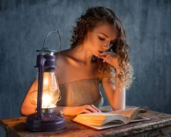 Фото бесплатно женщины, блондинка, книги, стол, розовые ногти, газовые лампы, вьющиеся волосы, портрет