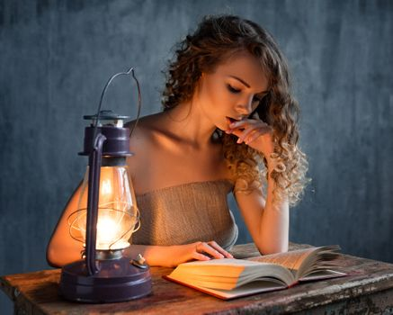 Бесплатные фото женщины,блондинка,книги,стол,розовые ногти,газовые лампы,вьющиеся волосы,портрет