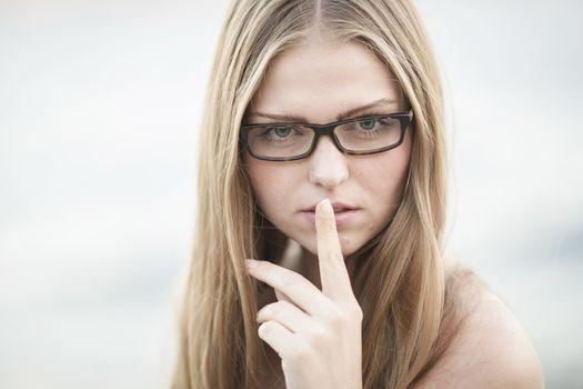 Photo free woman, dark blond, gestures