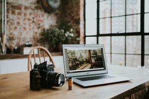 Фото бесплатно ноутбук, фотоаппарат, подушка