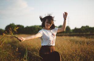 Бесплатные фото девушка,одежда,природа,человек,трава,небо,дерево