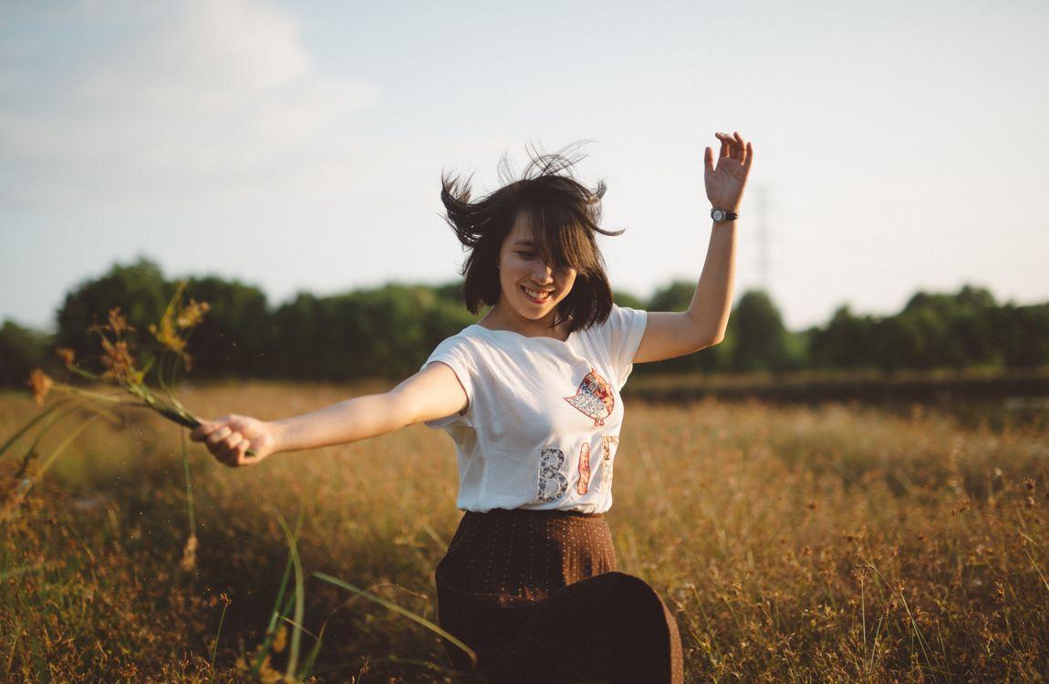Фото бесплатно девушка, одежда, природа, человек, трава, небо, дерево, красоту, весело, эмоции, фотография, растение, поле, солнечный лучик, улыбка, девушки
