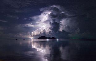 Наслаждаясь штормом в Ко Панган в Таиланде