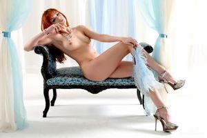 Бесплатные фото модель,рыжая,диван,шторы,высокие каблуки платформы,стилеты,4k