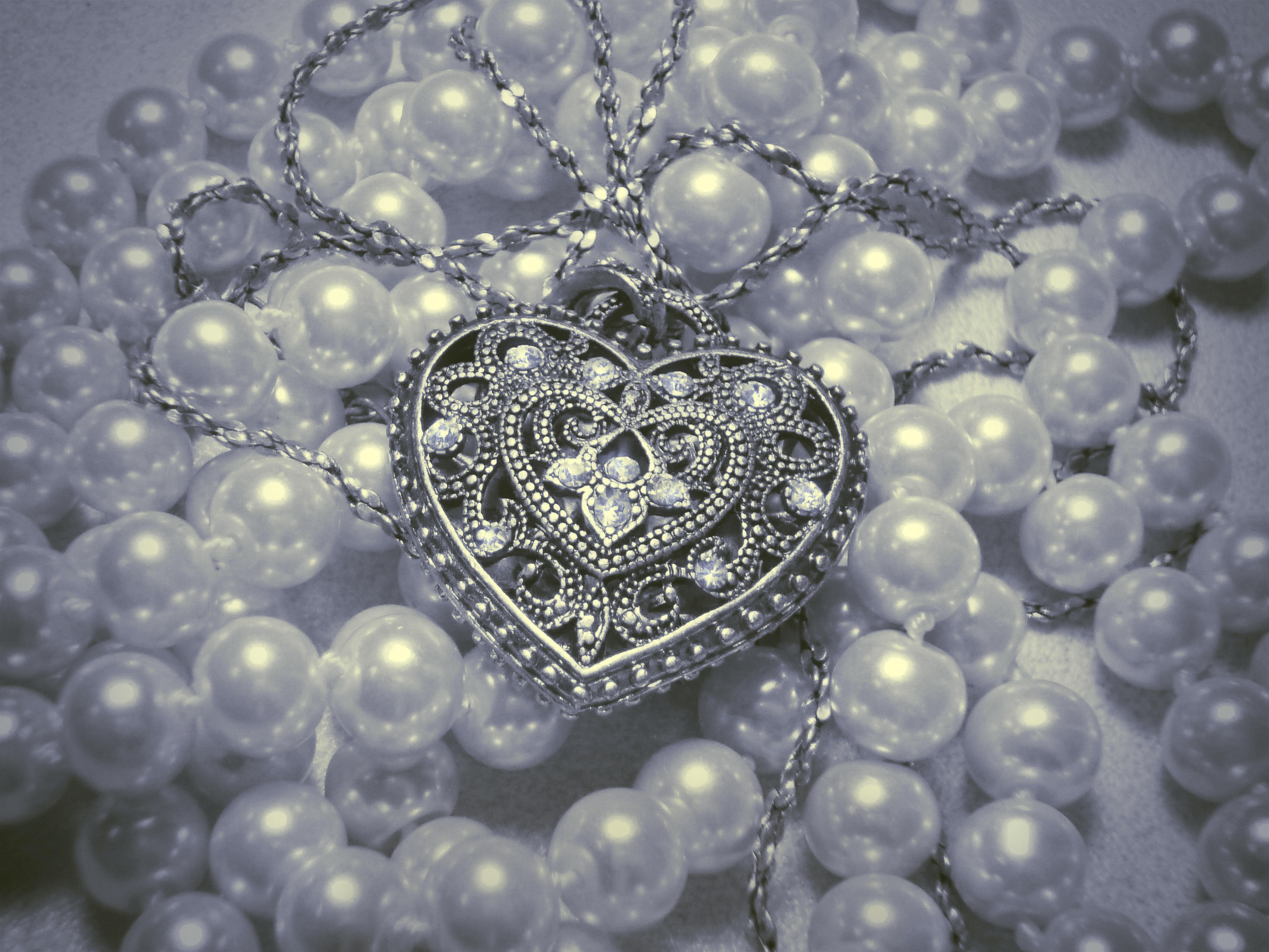 Обои украшение, бусы, жемчуг, сердечко