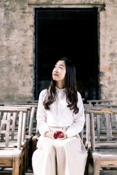 Фото бесплатно девушка, верхняя одежда, храм